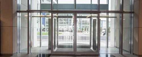 Atenção às normas para portas automáticas